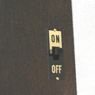 側面に鳴り止めスイッチ付いてます。