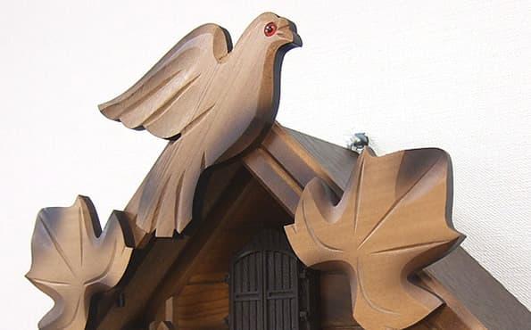 シチズン(CITIZEN)カッコークロック正面下部の葉の彫刻部分です
