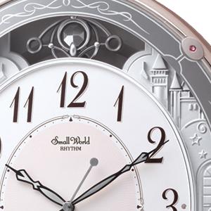 上部に飾り振り子。文字盤は視認性の高いアラビア数字。